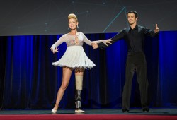 MIT帮助波士顿马拉松伤者Adrianne Davis重新翩翩起舞
